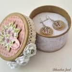 rocno-delo-unikat-darilna-kolekcija-kompletek-voscilnica-uhancki-darilna-skatlica-vrtnice-roza-bele-cipka-metujcek-darilna-skatlica-odprta