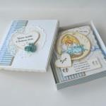 rocno-delo-unikat-voscilnica-knjiga-posebna-cestitka-otroška-krst-fantek-cipka-odprta-darilna-embalaža