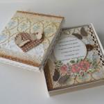 rocno-delo-unikat-voscilnica-knjiga-posebna-cestitka-rojstni-dan-babica-dedek-vintage-starinska-vrtnica-cipka-metulj-darilna-skatla-odprta