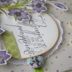 rocno-delo-unikat-voscilnica-posebna-knjiga-darilo-rojstni-dan-zivljenje-praznovati-lilije-vijolicne-metuljcki-detajl