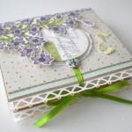 rocno-delo-unikat-voscilnica-posebna-knjiga-darilo-rojstni-dan-zivljenje-praznovati-lilije-vijolicne-metuljcki-zavezovanje