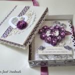 rocno-delo-unikat-voscilnica-posebna-knjiga-poroka-srce-iz-vrtnic-vrtnice-vijolična-bela-darilna-skatla-odprta