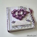 rocno-delo-unikat-voscilnica-posebna-knjiga-poroka-srce-iz-vrtnic-vrtnice-vijolična-bela-sprednja-stran