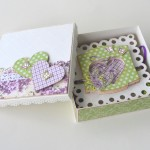 rocno-delo-unikat-voscilnica-posebna-accordion-poroka-zelena-vijolična-podkev-deteljica-sreca-vrtnica-darilna-skatlica-odprta