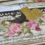 rocno-delo-unikat-album-za-fotografije-ljubezen-poroka-vintage-vrtnice-cipka-ptice-ura-tretja-stran-detajl-pticek-vrtnice-srcek-note