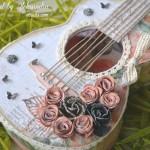 rocno-delo-unikat-voscilnica-cestitka-darilna-skatlica-kitara-vrtnice-cipka-shabby-chic-detajl1