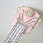 rocno-delo-unikat-voscilnica-cestitka-darilna-skatlica-kitara-vrtnice-cipka-shabby-chic-detajl2