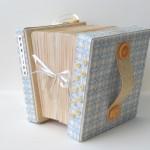rocno-delo-unikat-voscilnica-posebna-darilna-škatla-denarno-darilo-harmonika-modra-rumena-deteljica-desna-stran