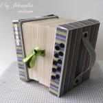 rocno-delo-unikat-voscilnica-posebna-darilna-škatla-denarno-darilo-harmonika-zelena-vijolicna-siva-detajl-stranska
