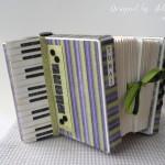 rocno-delo-unikat-voscilnica-posebna-darilna-škatla-denarno-darilo-harmonika-zelena-vijolicna-siva-detajl-stranska-klaviatura
