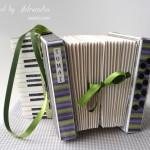 rocno-delo-unikat-voscilnica-posebna-darilna-škatla-denarno-darilo-harmonika-zelena-vijolicna-siva-detajl-vrvica