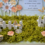 rocno-delo-unikat-voscilnica-posebna-darilo-satuljica-za-nakit-turkizna-modra-zelena-travnik-sreča-metuljčki-cvetlice-škatlica-detajl-cvetoč-travnik-ograja-vrata