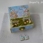 rocno-delo-unikat-voscilnica-posebna-darilo-satuljica-za-nakit-turkizna-modra-zelena-travnik-sreča-metuljčki-cvetlice-škatlica-komplet-uhančki