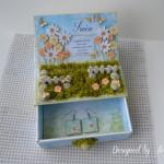 rocno-delo-unikat-voscilnica-posebna-darilo-satuljica-za-nakit-turkizna-modra-zelena-travnik-sreča-metuljčki-cvetlice-škatlica-odprta