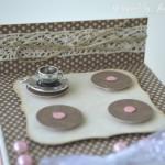 rocno-delo-unikat-darilna-skatlica-voscilnica-posebna-rojstni-dan-pecica-kolacek-cupcake-tortica-štedilnik-detajl-skodelica-kave