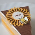 rocno-delo-unikat-skatlica-tortica-cebelica-rumena-koscek-detajl