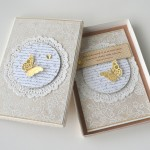 rocno-delo-unikat-voscilnica-cestitka-posebna-ekskluzivna-luksuzna-eleganca-23-karatno-zlato-swarovski-kristali-metulj-sreca-darilna-skatlica-odprta