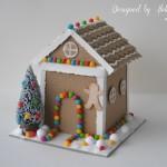 rocno-delo-unikat-darilna-skatlica-voscilnica-bozic-novo-leto-zasnežena-medena-hisica-gingerbread-house-pisani-bonboncki-smrecica