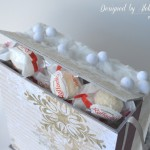 rocno-delo-unikat-darilna-skatlica-voscilnica-bozic-novo-leto-zasnezen-vhod-vencek-smrecica-postni-nabiralnik-razglednice-detajl-predal-za-cokoladice-bonbone