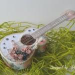 rocno-delo-unikat-voscilnica-cestitka-darilna-skatlica-kitara-vrtnice-cipka-shabby-chic-2