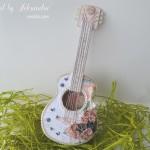 rocno-delo-unikat-voscilnica-cestitka-darilna-skatlica-kitara-vrtnice-cipka-shabby-chic-3