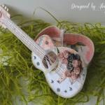 rocno-delo-unikat-voscilnica-cestitka-darilna-skatlica-kitara-vrtnice-cipka-shabby-chic-odprta