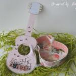rocno-delo-unikat-voscilnica-cestitka-darilna-skatlica-kitara-vrtnice-cipka-shabby-chic-odprta-notranjost
