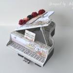rocno-delo-unikat-voscilnica-cestitka-darilna-skatlica-klavir-koncertni-grand-piano-vrtnice-cipka-shabby-chic-1