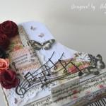 rocno-delo-unikat-voscilnica-cestitka-darilna-skatlica-klavir-koncertni-grand-piano-vrtnice-cipka-shabby-chic-4