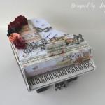 rocno-delo-unikat-voscilnica-cestitka-darilna-skatlica-klavir-koncertni-grand-piano-vrtnice-cipka-shabby-chic-6